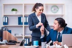 Twee werknemers die op het werk lijden stock foto's