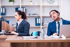 Twee werknemers die op het werk lijden stock afbeelding