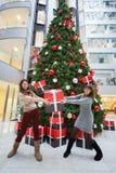 Twee werknemers van de bank met een gift Royalty-vrije Stock Fotografie