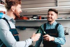 Twee Werktuigkundigen op Benzinestation Bier het Drinken royalty-vrije stock afbeelding
