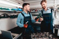 Twee Werktuigkundigen op Benzinestation Bier het Drinken royalty-vrije stock fotografie