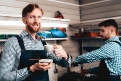 Twee Werktuigkundigen op Benzinestation Koffie het drinken stock fotografie