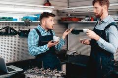 Twee Werktuigkundigen op Benzinestation Koffie het drinken royalty-vrije stock foto