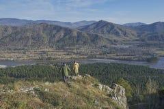 Twee wetenschappers die zich bovenop een heuvel bevinden Stock Afbeeldingen