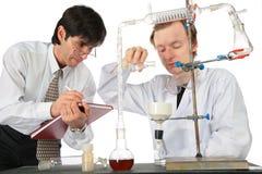 Twee wetenschappers doen chemisch experiment Stock Foto's