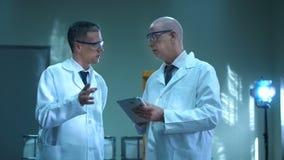 Twee wetenschappers met de tablet stock footage