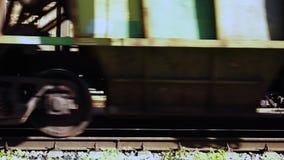 Twee wielen van een tegemoetkomende trein Sluit omhoog stock video
