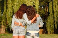Twee wijfjes in jeanswear stock afbeeldingen