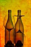 Twee wijnflessen en glazen Stock Afbeeldingen