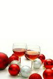 Twee Wijnglazen die door Kerstmisdecoratie worden omringd Stock Foto