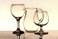 Twee wijnglazen en een kruik op de spiegel Royalty-vrije Stock Afbeeldingen