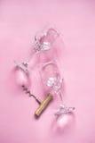 Twee wijnglazen en een kurketrekker op een roze achtergrond Royalty-vrije Stock Foto