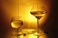 Twee wijnglazen en een vaas Royalty-vrije Stock Foto