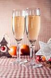Twee wijnglazen en Kerstmisdecoratie op de rode geruite achtergrond Stock Fotografie