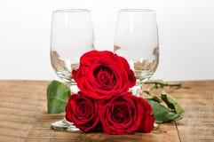 Twee wijnglazen en rode rozen Stock Fotografie