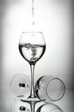 Twee wijnglazen en waterdalingen Stock Fotografie
