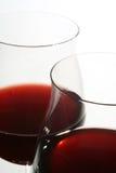 Twee wijnglazen met rode wijn royalty-vrije stock afbeelding
