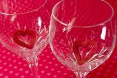 Twee wijnglazen met rood gevoelde knipsel binnen harten, zachte bloemen Royalty-vrije Stock Fotografie