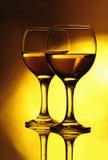 Twee wijnglazen op de spiegel Royalty-vrije Stock Afbeeldingen