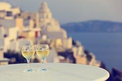 Twee wijnglazen in Santorini, Griekenland stock fotografie