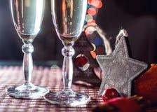 Twee wijnglazen van champagne en nieuwe jaar` s decoratie Royalty-vrije Stock Foto's