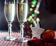 Twee wijnglazen van champagne en nieuwe jaar` s decoratie Stock Foto