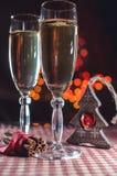 Twee wijnglazen van champagne en nieuwe jaar` s decoratie en kaneel op de bokehachtergrond Stock Afbeelding