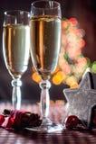Twee wijnglazen van champagne en nieuwe jaar` s decoratieve houten ster Royalty-vrije Stock Fotografie