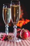 Twee wijnglazen van champagne, kaneel en nieuwe jaar` s decoratie Royalty-vrije Stock Foto's
