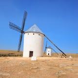 Twee windmolens. La Mancha, Spanje van Castilla. Stock Afbeeldingen