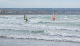 Twee windsurfers op winderige Playa DE Palma Stock Foto's