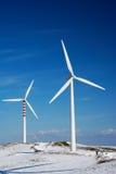 Twee windturbines in de sneeuwwinter Stock Afbeelding