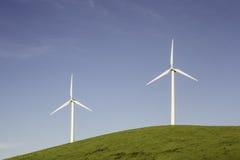 Twee Windturbines op een Heuvel Stock Foto's