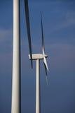 Twee windturbines tegen blauwe hemel Stock Foto's