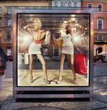 Twee winkelende vrouwen op tentoonstellingsvenster Royalty-vrije Stock Afbeelding