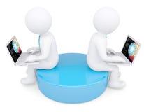 Twee witte 3d mensenzitting bij laptops Stock Fotografie
