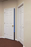 Twee witte deuren één openen Stock Afbeelding