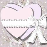 Twee witte die harten door lint met boog op achtergrond van het tot bloei komen Lilia worden gebonden bloeit Stock Afbeeldingen
