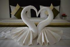 Twee witte die zwanen van handdoeken in een hotel in Thailand, Azië worden gemaakt stock fotografie