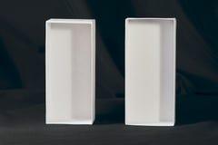 Twee witte dozen op een zwarte achtergrond Stock Fotografie