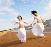 Twee witte engelen op het strand stock afbeeldingen