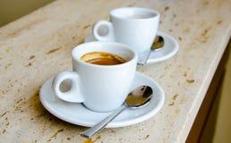 Twee witte espressokoppen stock afbeeldingen