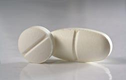 Twee witte geneeskundetablet Stock Foto's