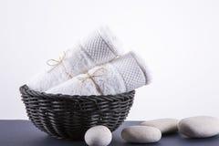 Twee witte handdoeken in een zwarte mand Royalty-vrije Stock Foto