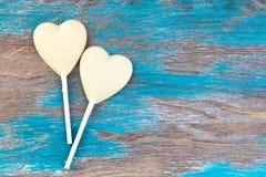 Twee witte harten van het chocoladesuikergoed Royalty-vrije Stock Afbeeldingen
