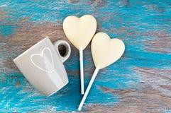 Twee witte harten van het chocoladesuikergoed Stock Afbeeldingen