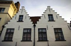 Twee witte huizen op de straat in Brugge, België stock fotografie