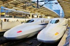Twee witte Japanse de hoge snelheidstreinen van Shinkansen Stock Foto