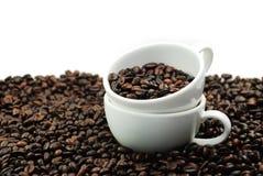 Twee Witte Kop en Vele Bonen van de Koffie Stock Afbeelding