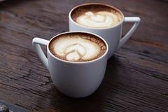 Twee witte koppen van koffie Stock Afbeeldingen